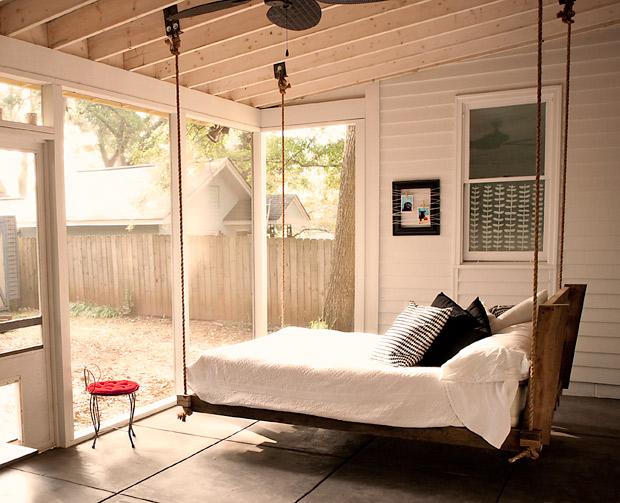 Подвесная кровать на дачу
