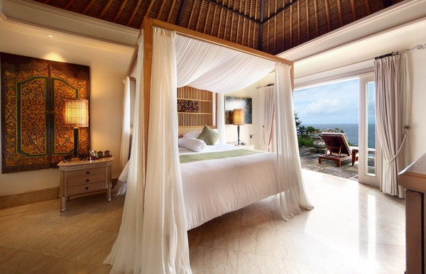 22-bedroom-interior-design-with-ocean-sea-view-panoramic-windows-white-canopy-bed