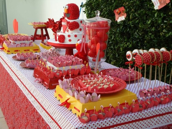 red and white table decorations for a kids birthday party decoration