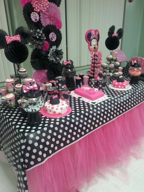 table decoration for a kids birthday party deco mickey_mouse