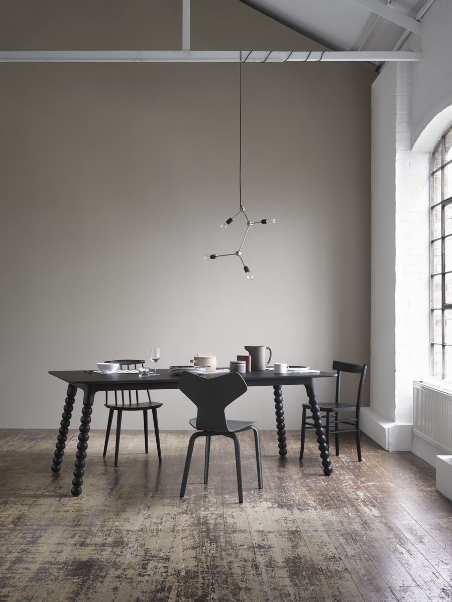 Modern dining room, lack table and chairs, warm grey wall, Tylko Hub table