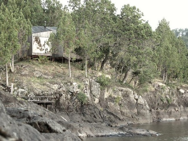 Rock shore wood sauna design