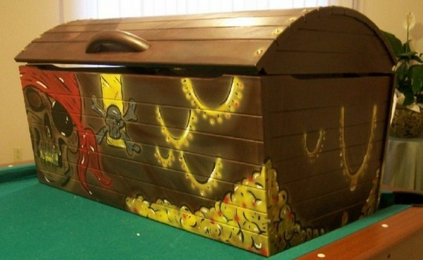 Toy boxes with designs from pirates