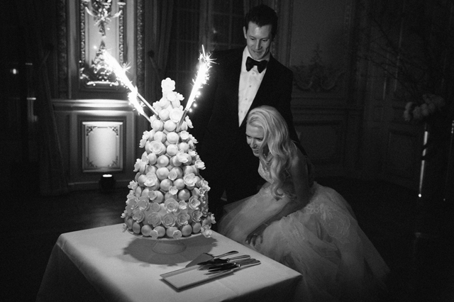 31-croquembouche-sparklers-bride-groom