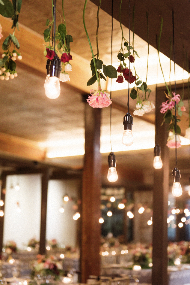 22-edison-light-bulbs-roses-wedding