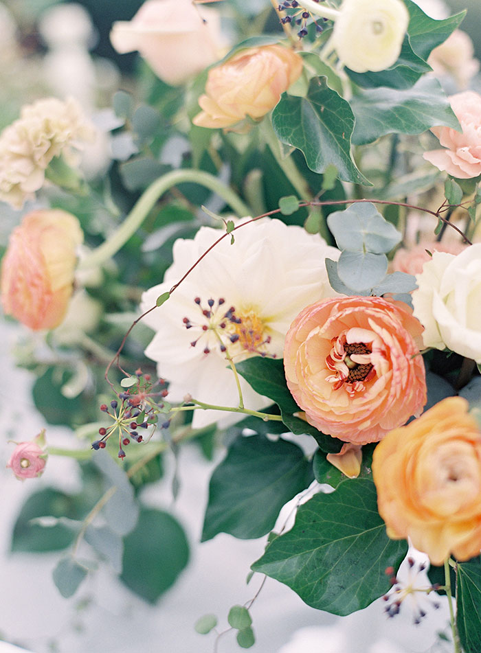 garden-ranunculus-peach-fresh-timeless-inspiration-shoot02