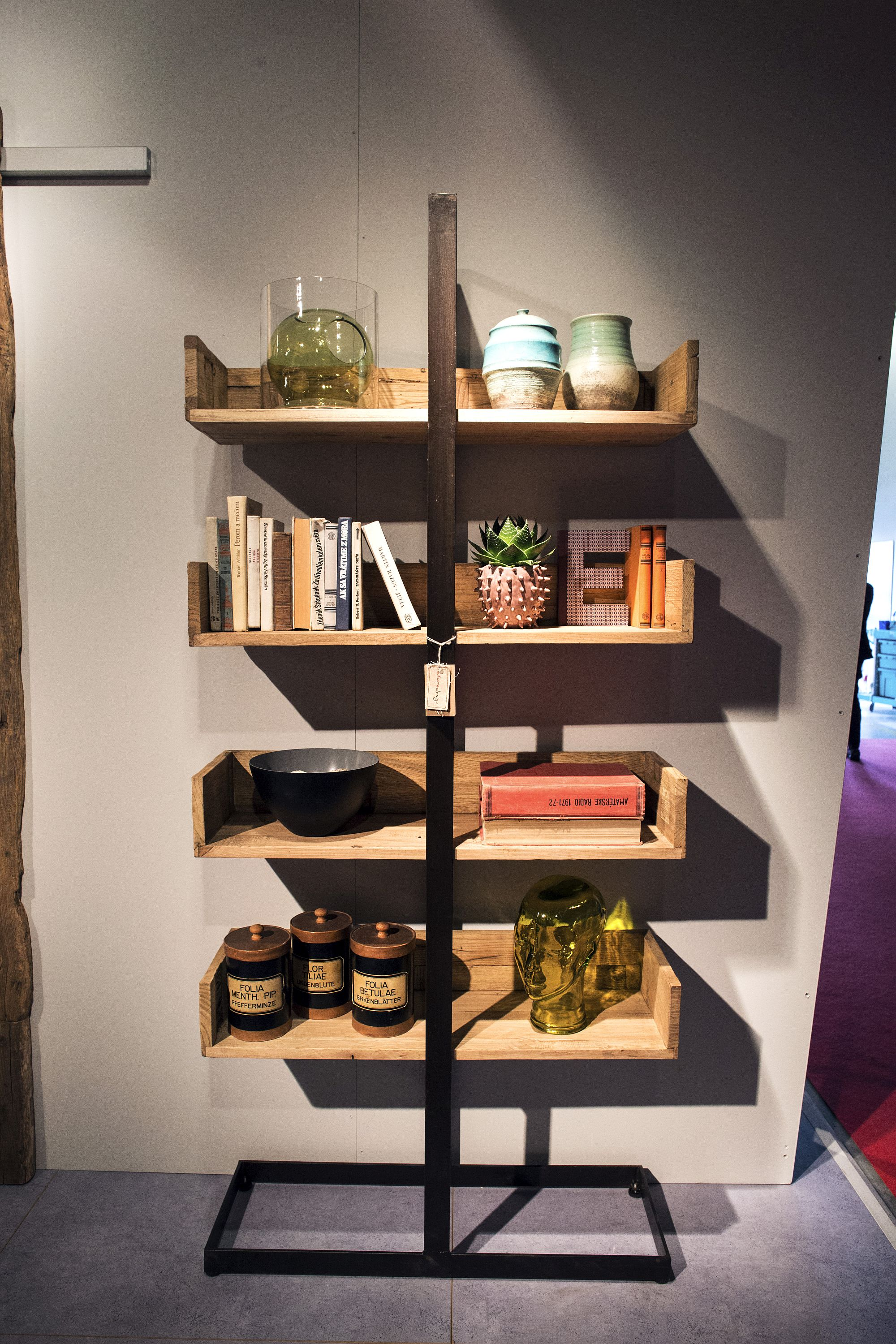 Open wooden shelves bringing modularity and decorating